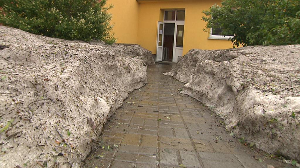U vchodu do příbramské základní školy Bratří Čapků vytvořily kroupy sněhové mantinely