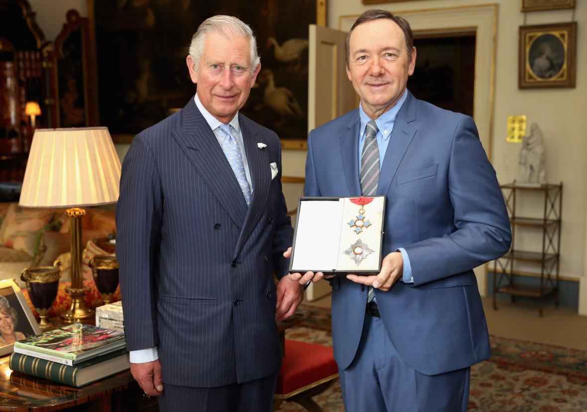Kevin Spacey (vpravo) získal rytířský titul od prince Charlese.