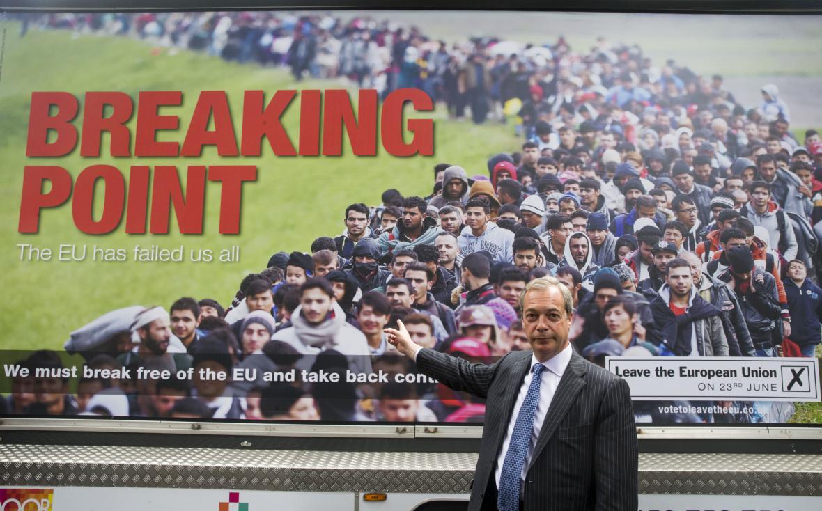 Vůdce strany UKIP Nigel Farage stojí před plakátem, kterým má podpořit brexit.