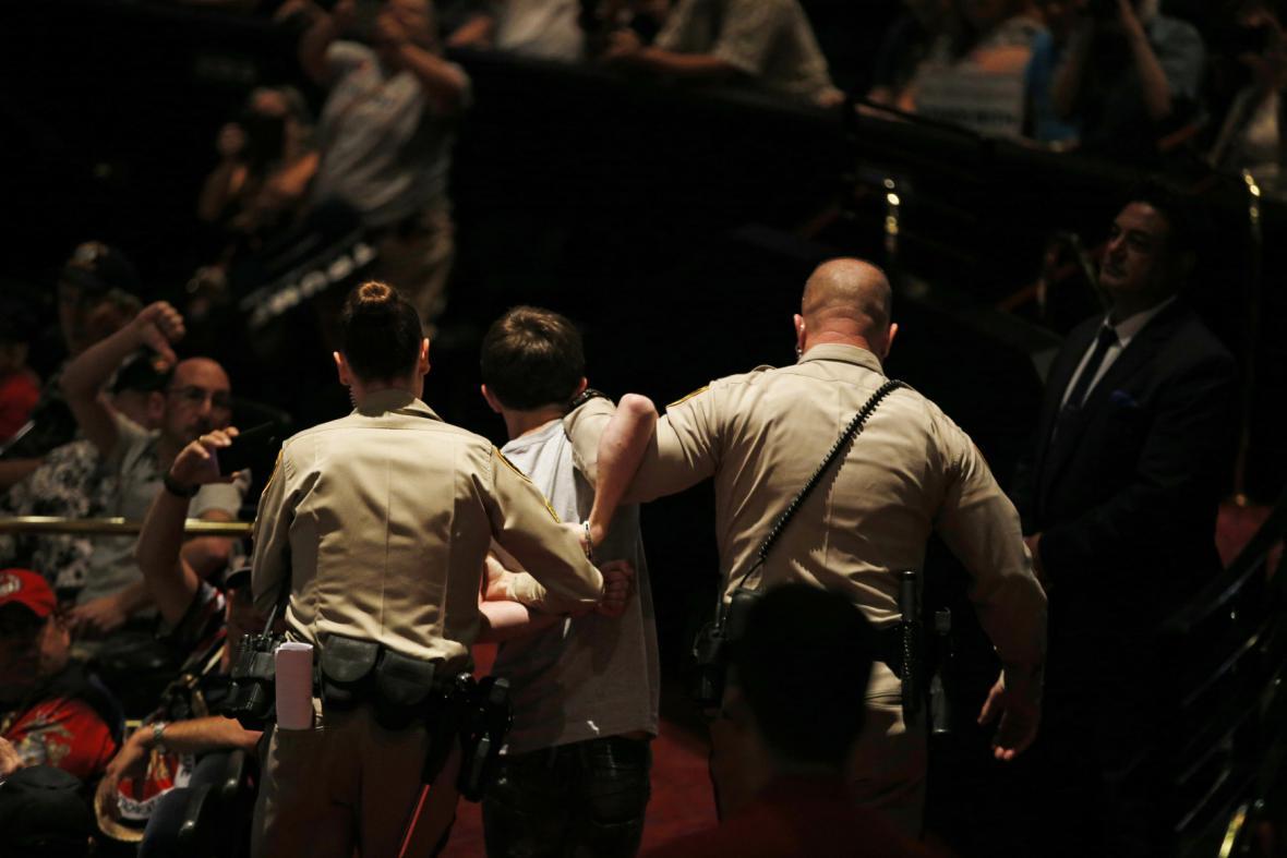 Policie musela zasahovat na Trumpově mítinku v Las Vegas