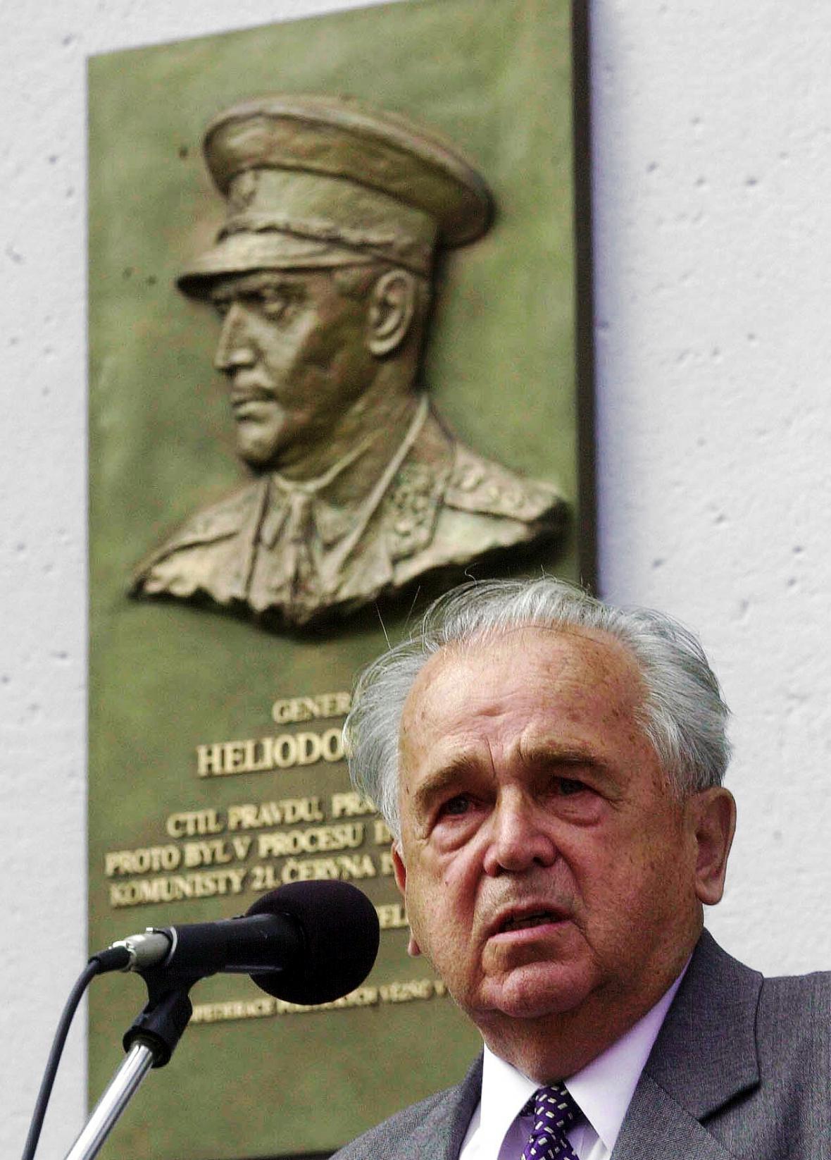 Syn Milan Píka u pamětní desky svého otce