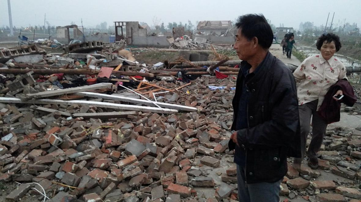 Domy v čínské provincii Ťiang-su zasažené tornádem.