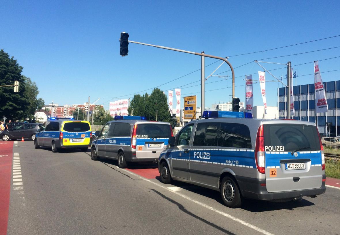 Policie přijíždí na místo zásahu.
