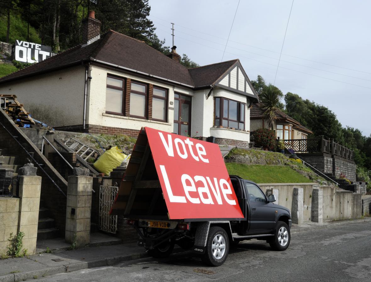 Transparent, který podporuje odchod z EU, vystavený ve Walesu v den referenda