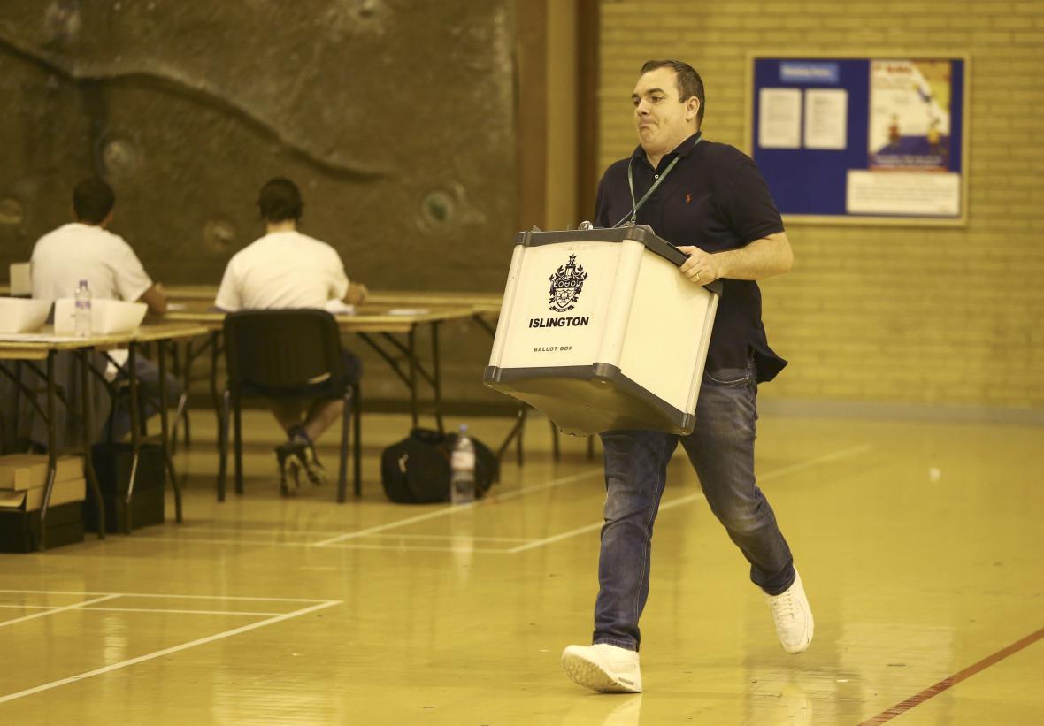 Volební urna s hlasovacími lístky je na cestě