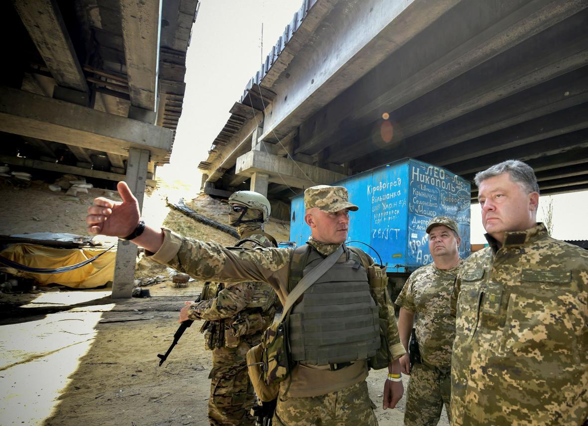 Petro Porošenko běhen návštěvy Donbasu