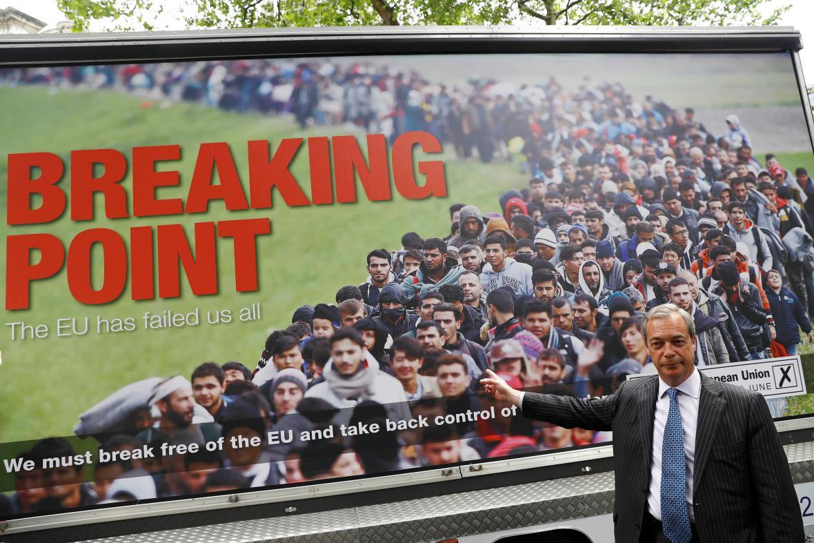 Nigel Farage před hojně diskutovaným billboardem