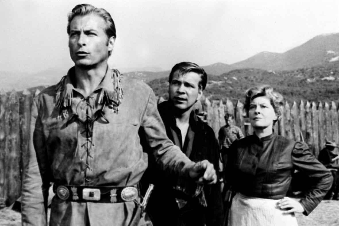 Götz George (uprostřed) jako Fred Engel ve filmu Poklad na Stříbrném jezeře