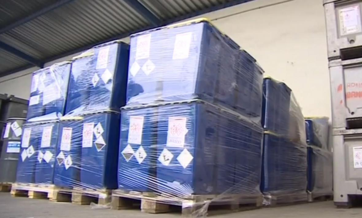 Chemikálie odvezli hasiči do skladu nebezpečných odpadů v Brně