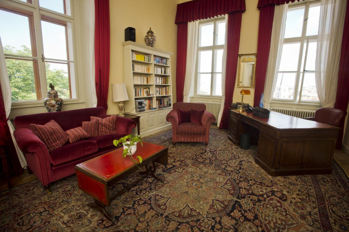 Britská ambasáda se nachází v Thunovském paláci v Praze