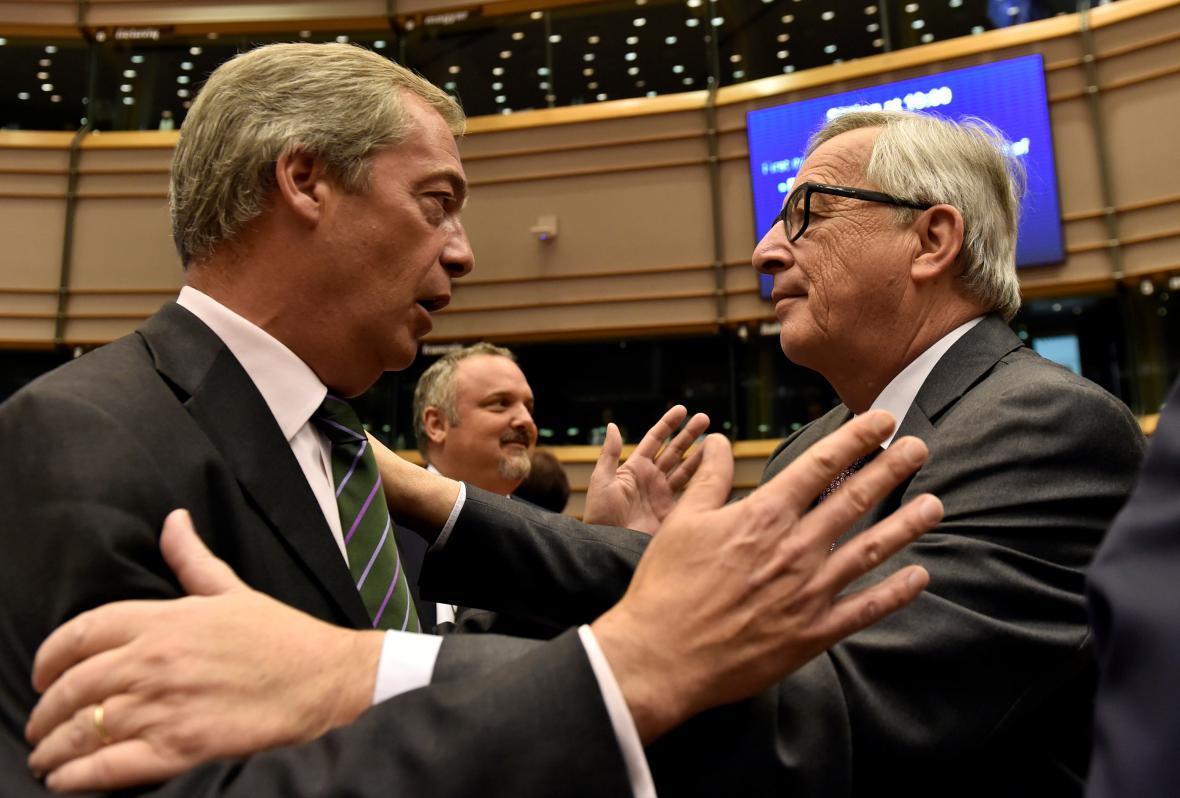 Jean-Claude Juncker se zdraví s Nigelem Faragem