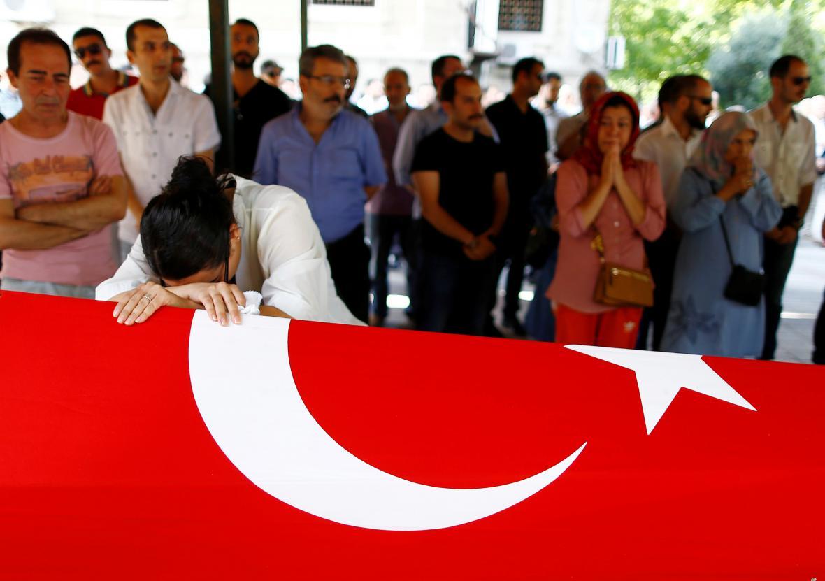 Příbuzní obětí atentátu v Istanbulu