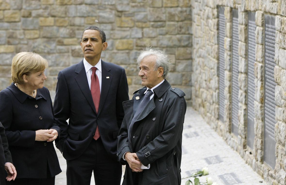 Německá kancléřka Angela Merkelová, americký prezident Barack Obama a Elie Wiesel u památníku na místě bývalého koncentračního tábora Buchenwald