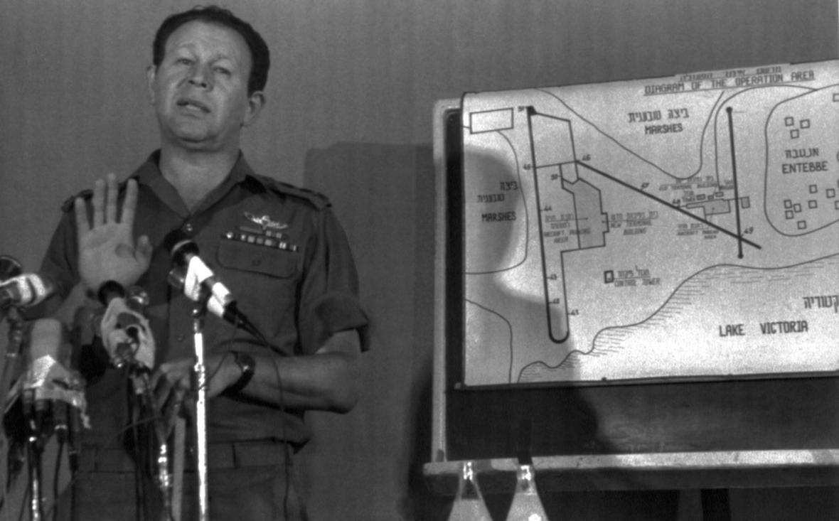 Mordechaj Gur, náčelník Generálního štábu izraelské armády. Z této pozice byl odpovědný za naplánování a provedení operace Entebbe.