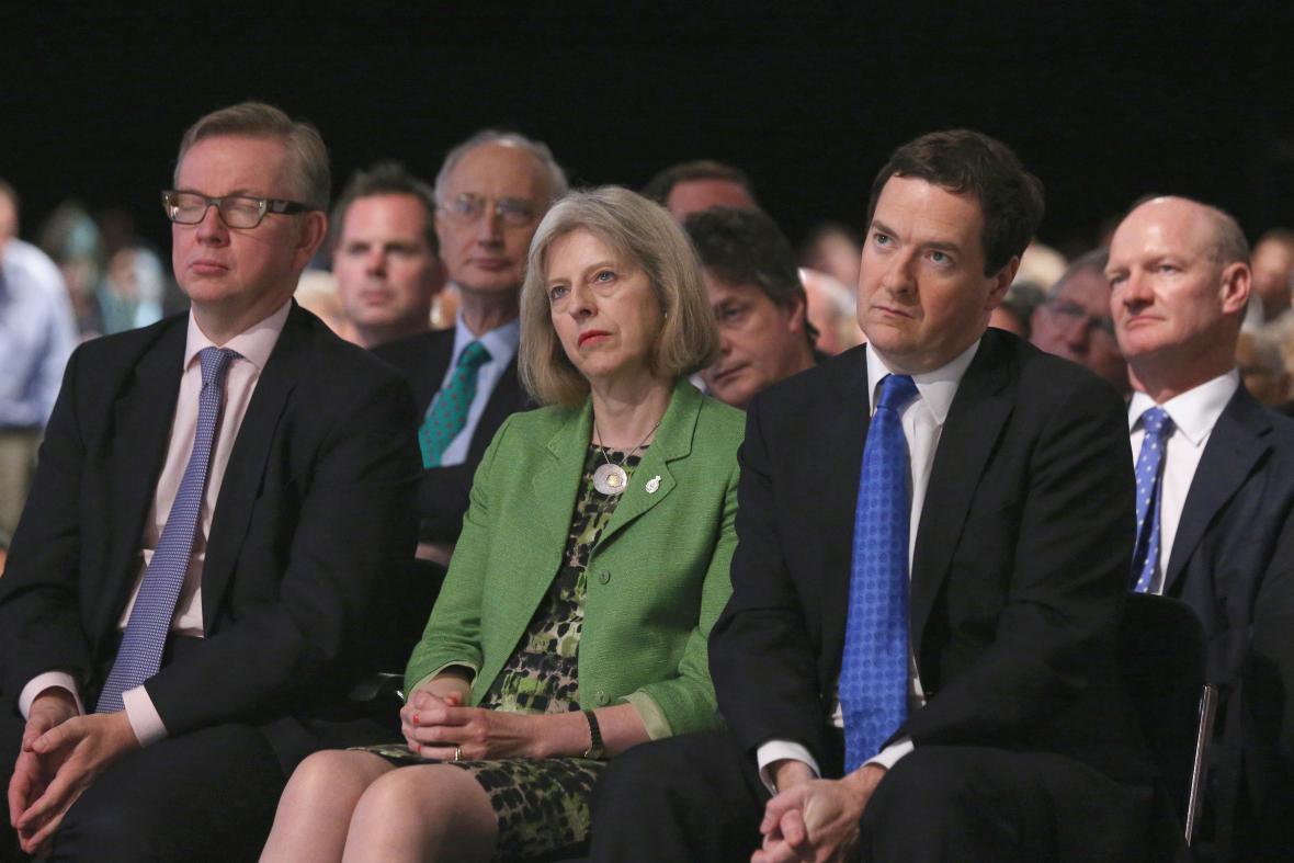 Mezi spolustraníky: vlevo Michael Gove, vpravo George Osborne