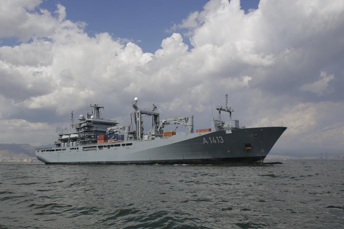 Loď německého námořnictva - FGS Bonn - coby součást alianční flotily monitorující migrační vlny přes Egejské moře