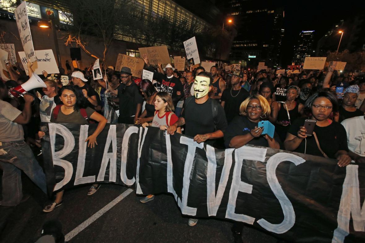 Zhruba tisícovka lidí protestovala ve Phoenixu proti policejnímu násilí
