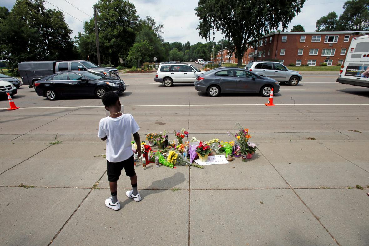 Lidé uctívají památku zastřeleného černocha ve Falcon Heights
