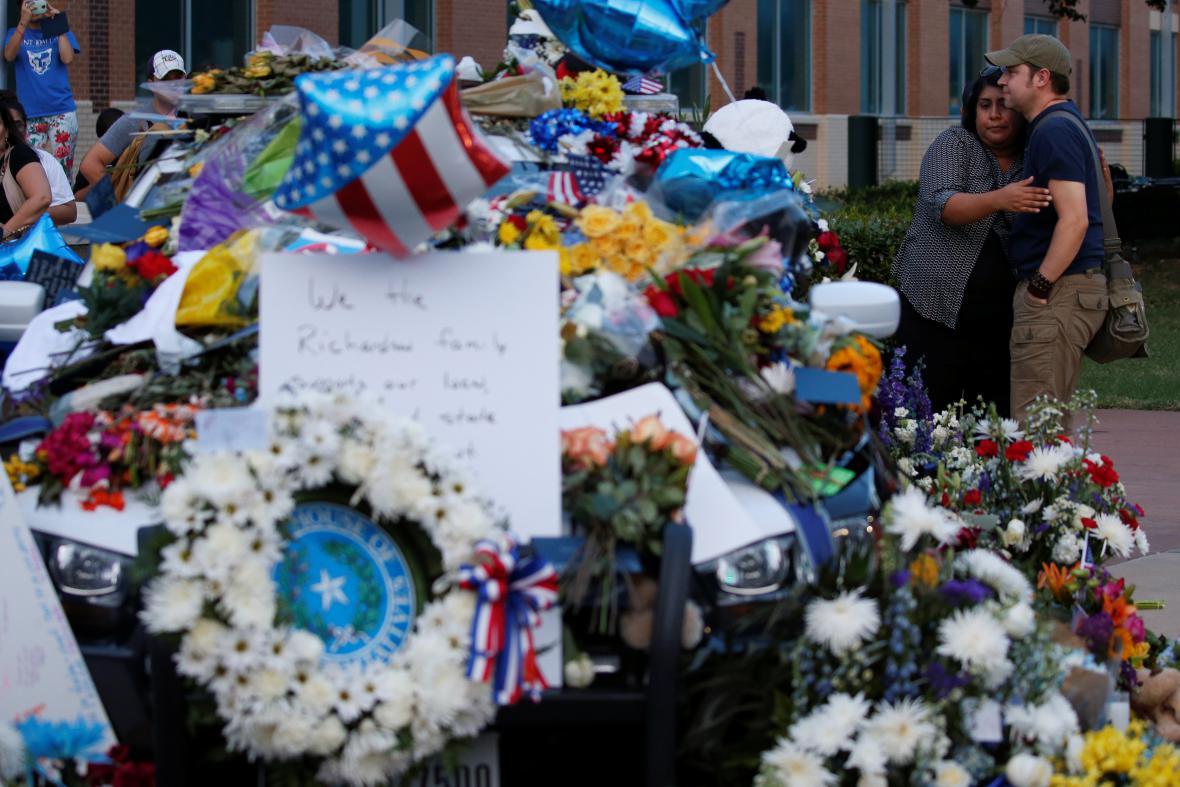 Květiny před policejním ústředí v Dallasu