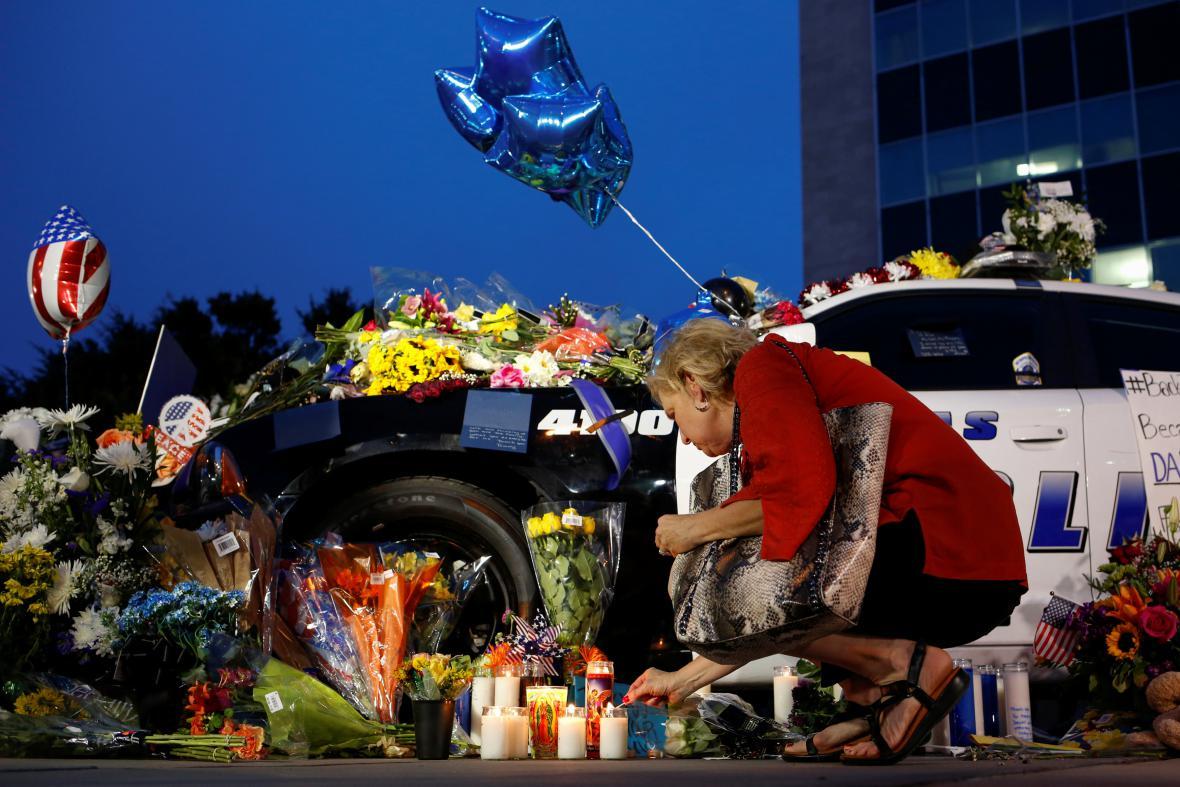 Dallas truchlí pro oběti střelby