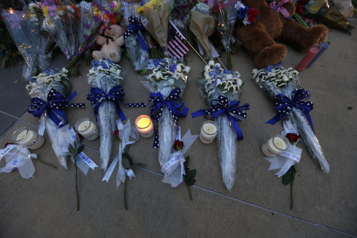 Květiny před policejním ústředím v Dallasu
