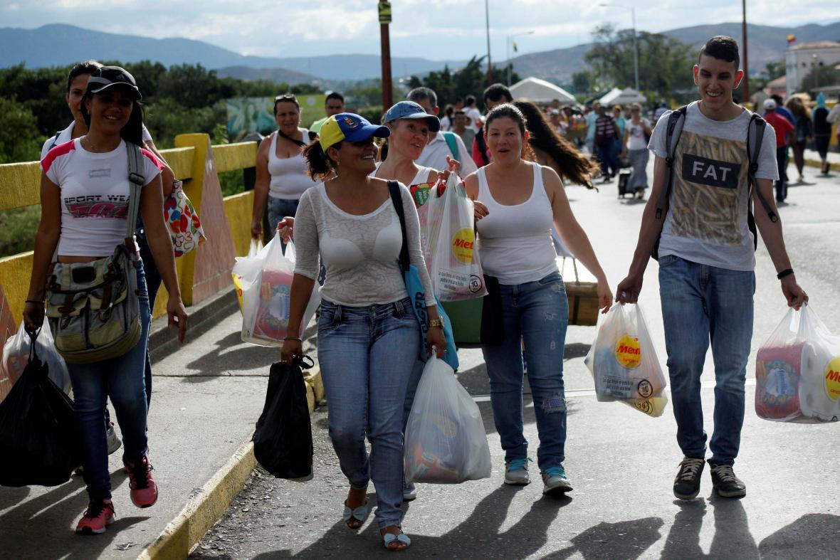 Domů se Venezuelané vraceli s plnými taškami