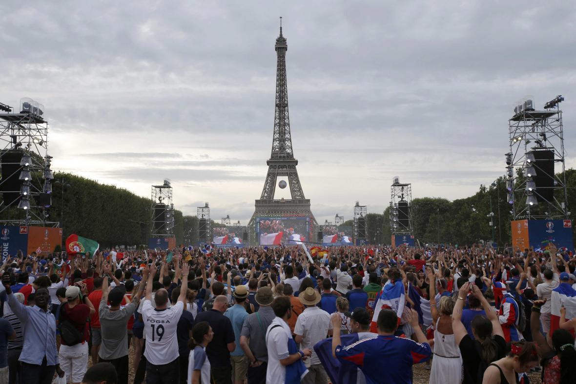 Fanzóna pod Eiffelovou věží