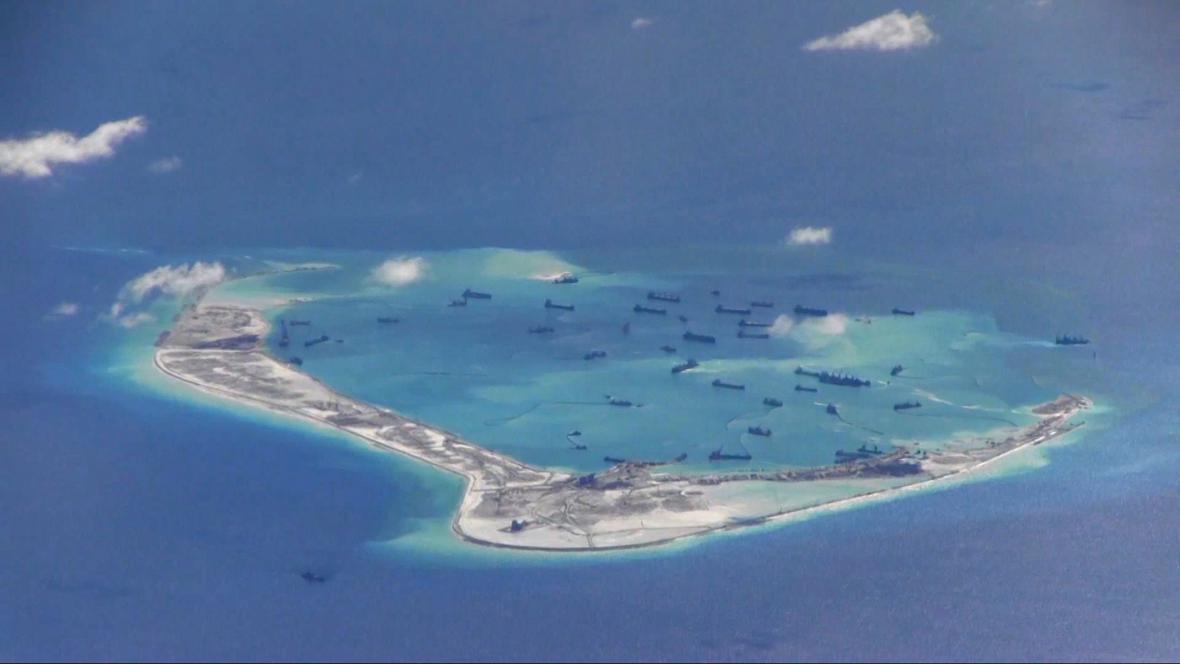 Čínské lodě u jednoho z ostrovů