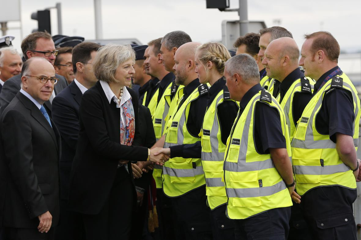 Mayová se zdraví s ostrahou ve francouzském Calais