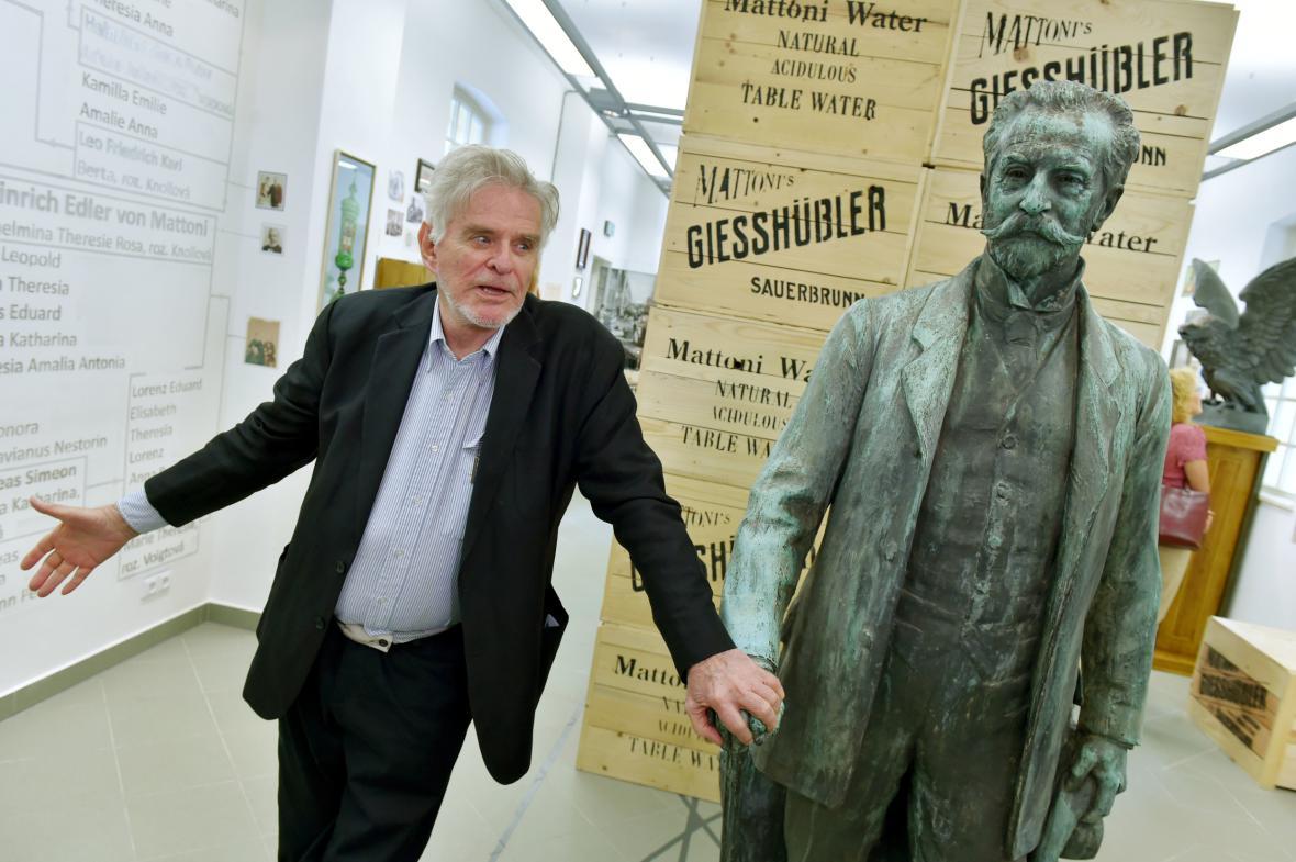 Rudolf Mattoni se sochou svého pradědečka