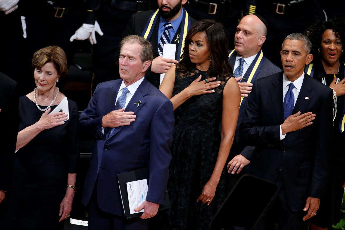 George Bush ml. a Barack Obama na pietní akci v Dallasu