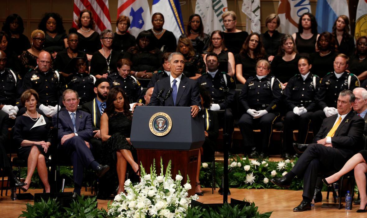 Barack Obama během pietní akce v Dallasu