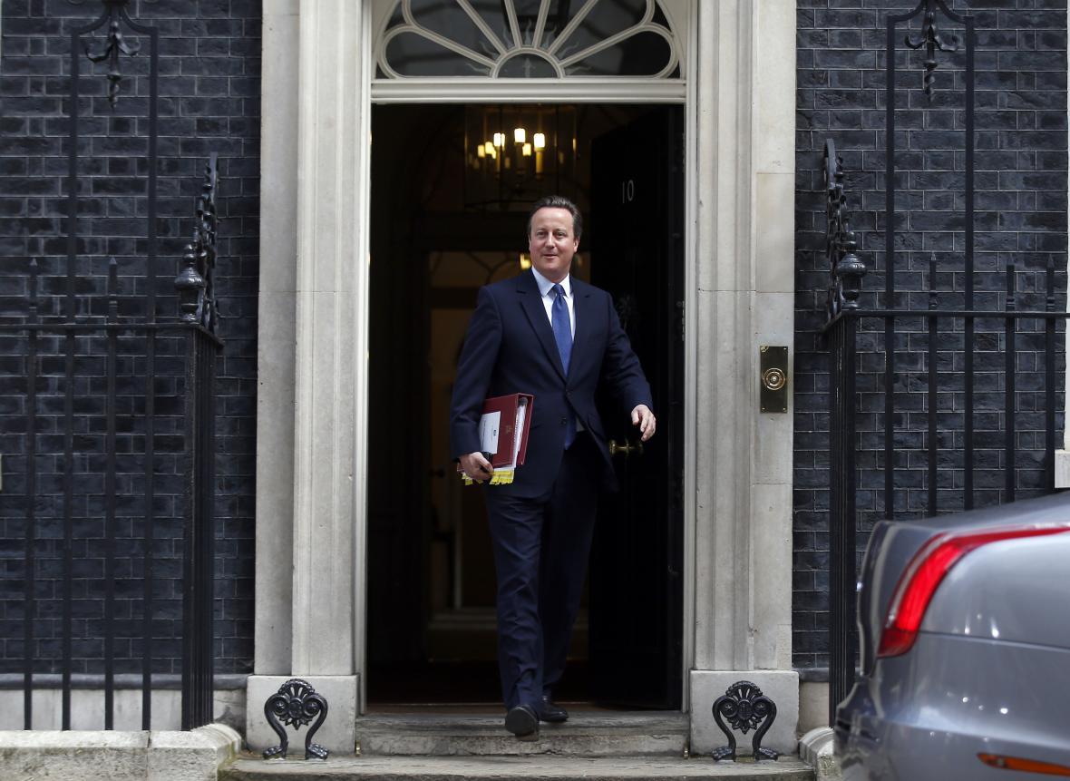 Cameron odjíždí k poslaneckým interpelacím