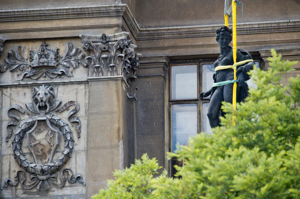 Jeřáb stěhuje sochu Vody z balustrády Národního muzea