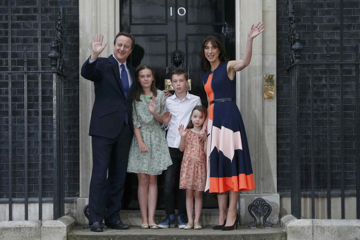 Cameron s rodinou opouští Downing Street 10