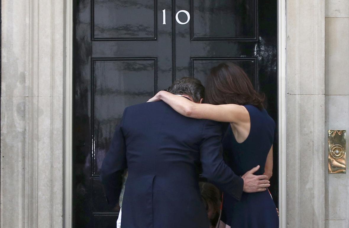 Cameron s rodinou opouštějí Downing Street 10