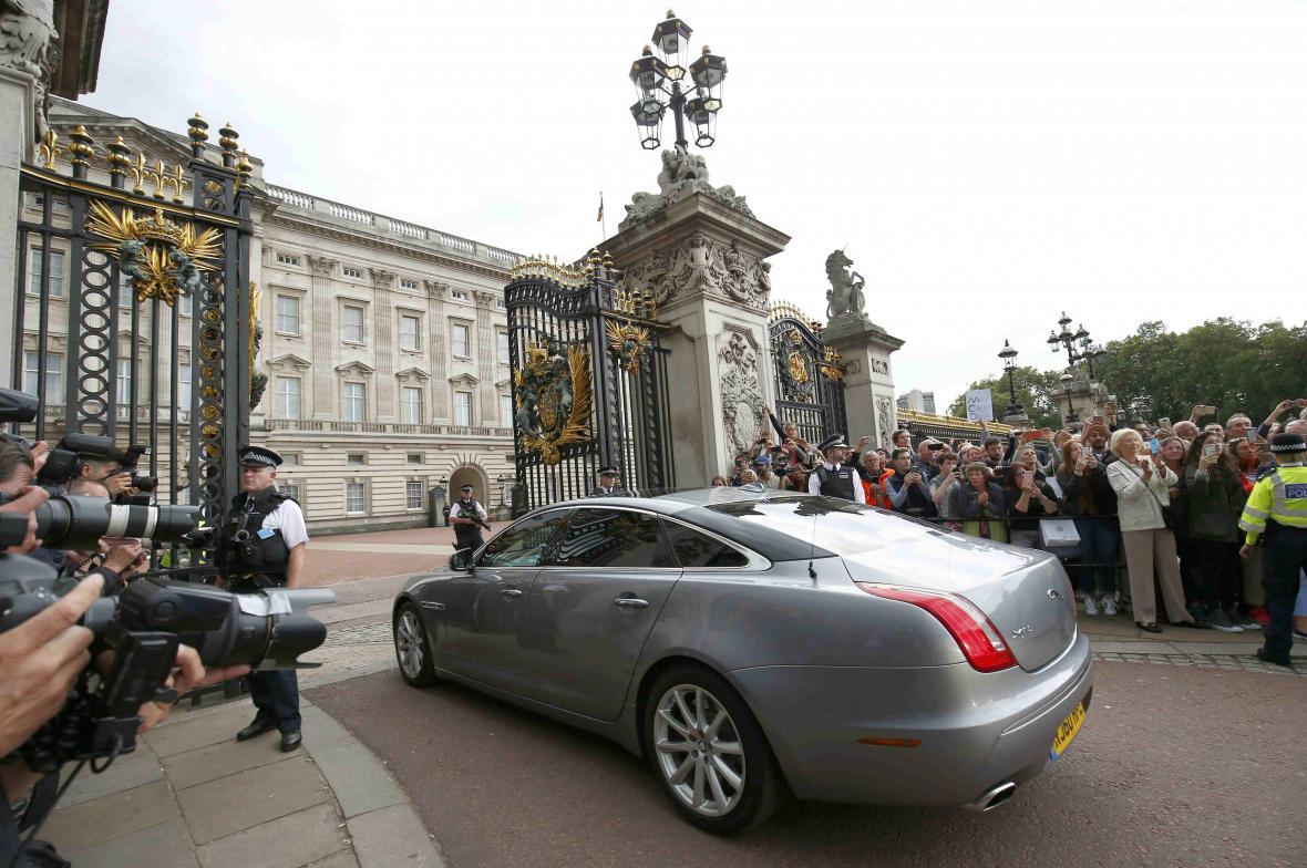 Cameron přijíždí do Buckinghamského paláce