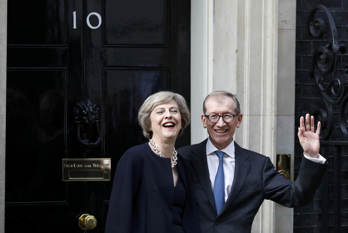 Mayová se svým manželem Philipem před Downing Street 10