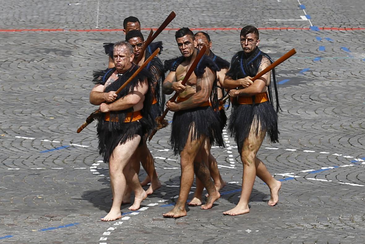 Maorští bojovníci na Champs-Elysées