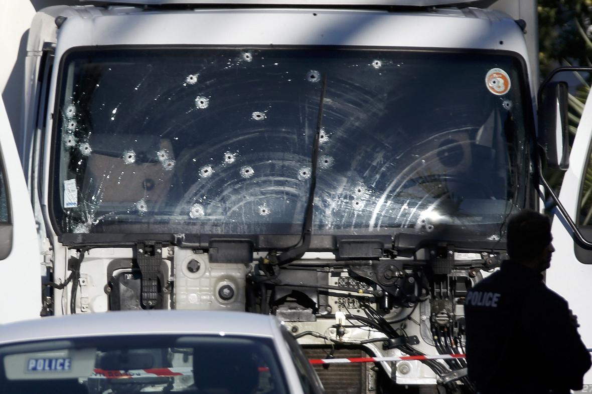 Prostřílené čelní sklo kamionu