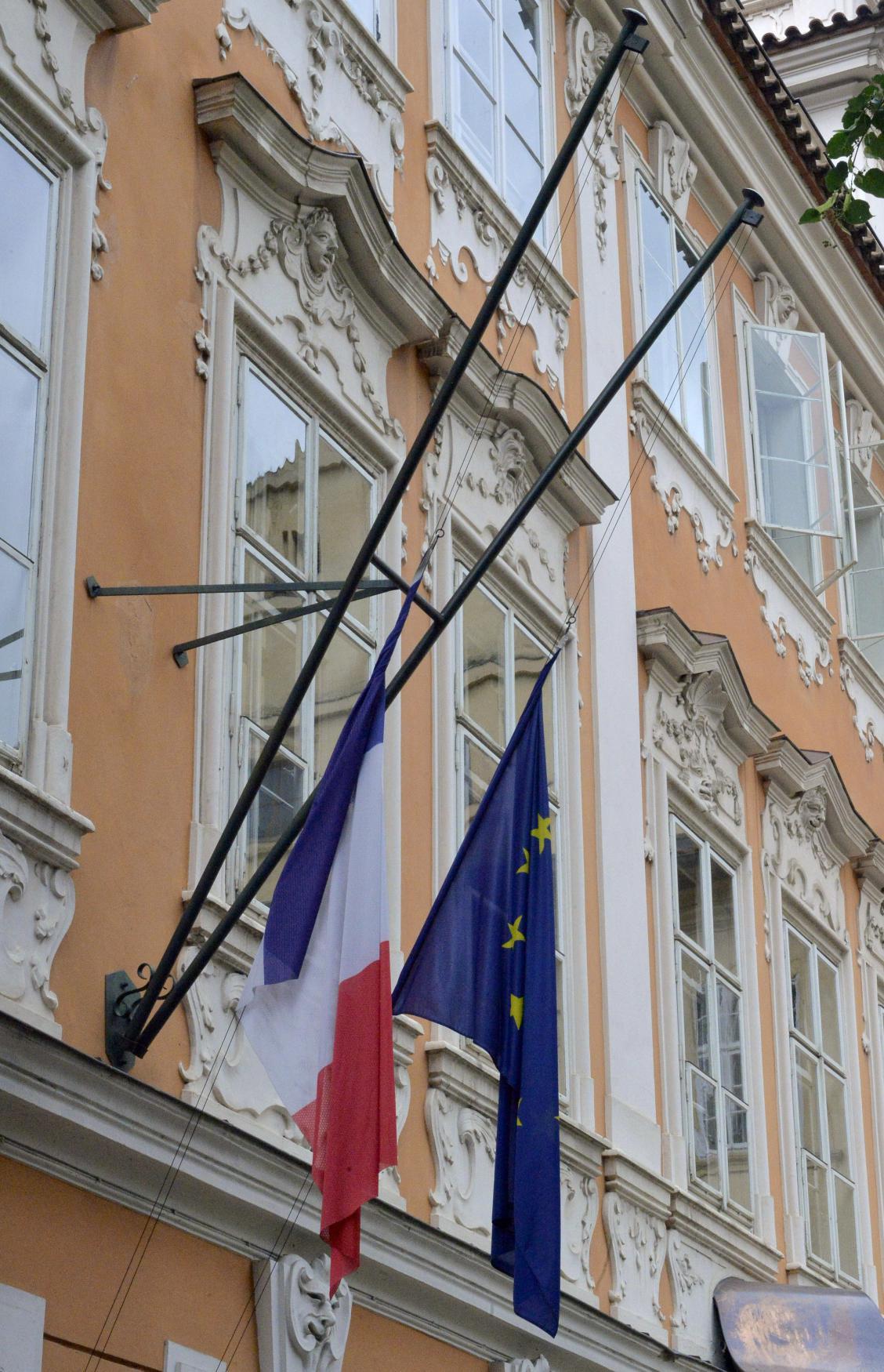 Francouzská vlajka na půl žerdi v Praze na ambasádě