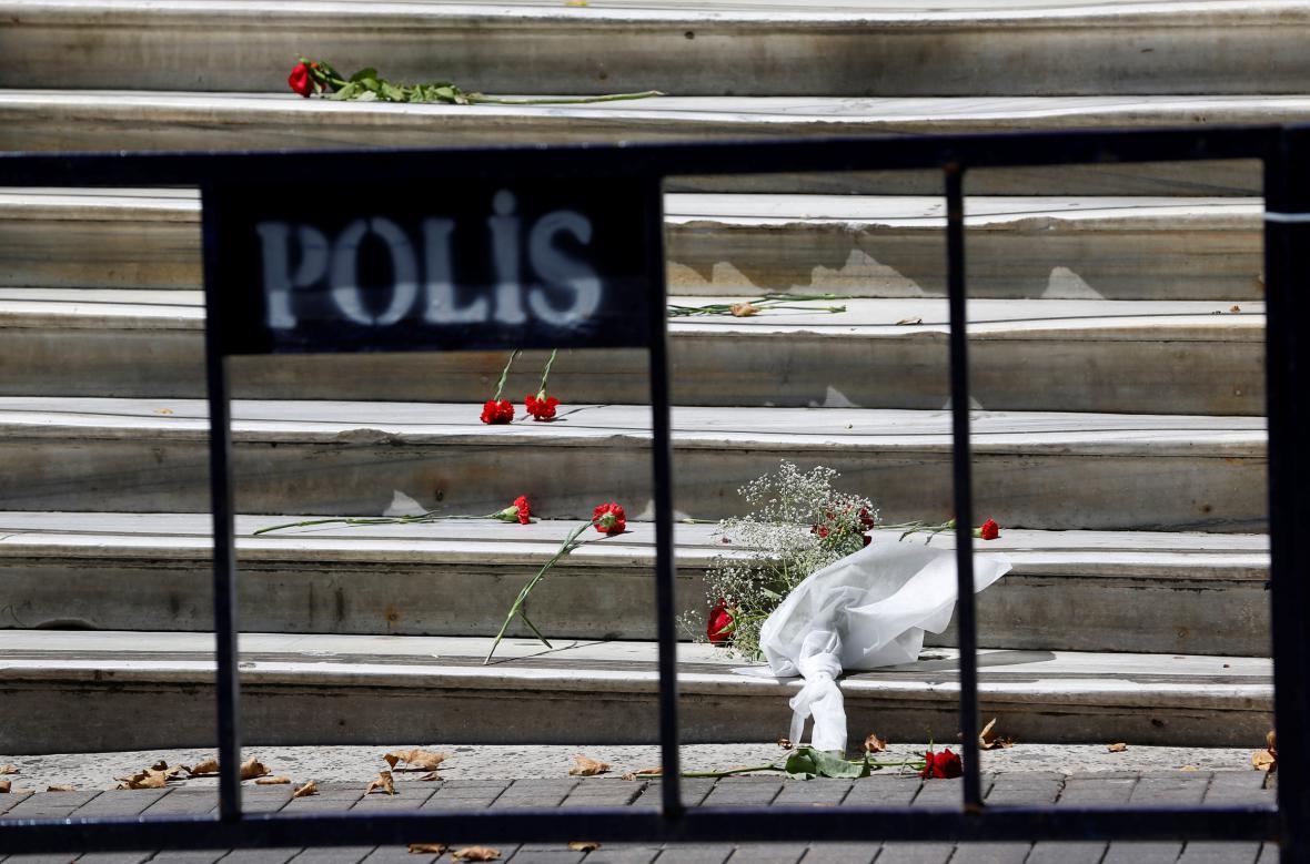 Schody francouzské ambasády v Istanbulu pokryté květinami