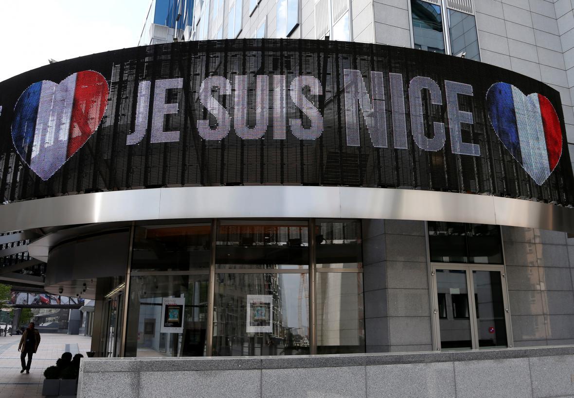 Nápis Všichni jsme Nice na budově Evropského parlamentu
