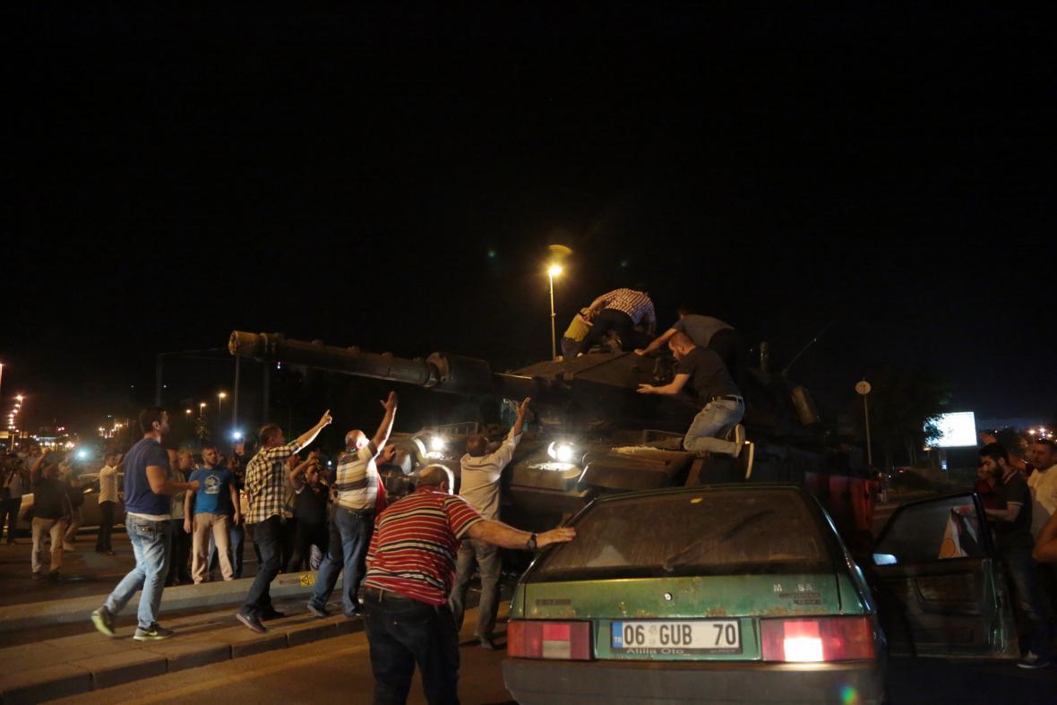 Lidé se snaží zastavit tanky jedoucí ulicemi Ankary