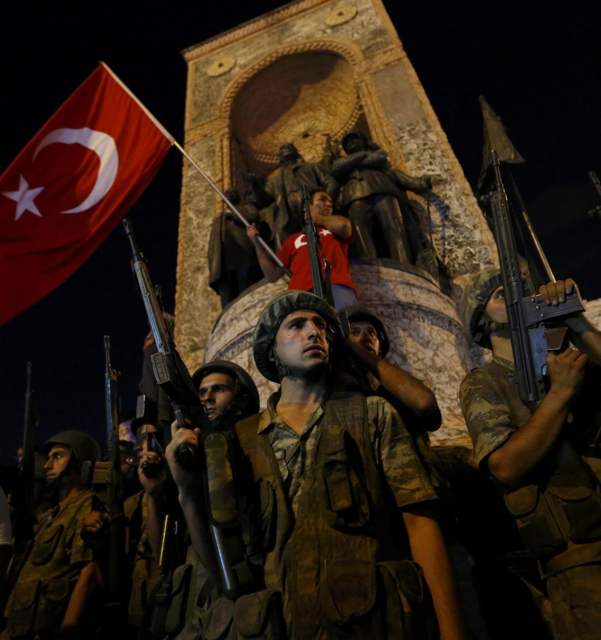 Vojáci před Památníkem republiky na Taksimském náměstí