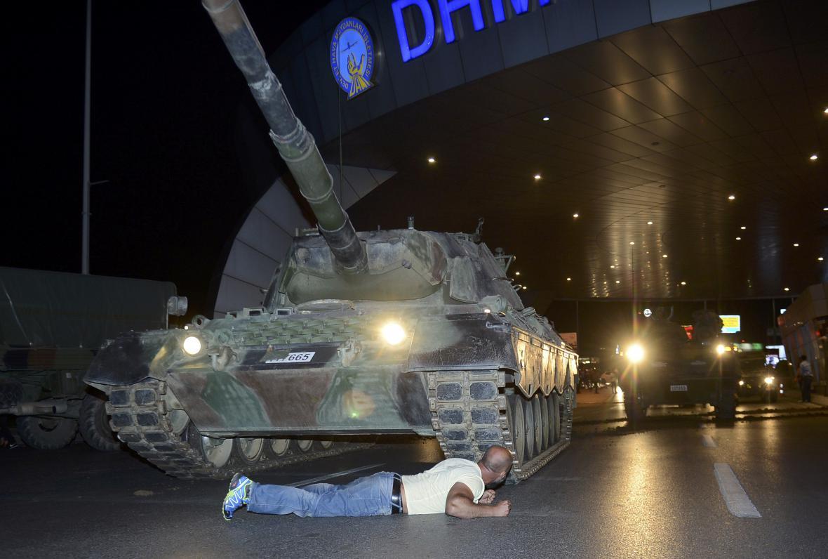 Tanky před Atatürkovým letištěm v Istanbulu