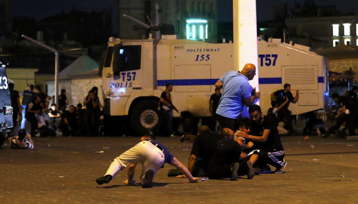 Obyvatelé Istanbulu se snaží dostat do bezpečí během výbuchů na Taksimském náměstí