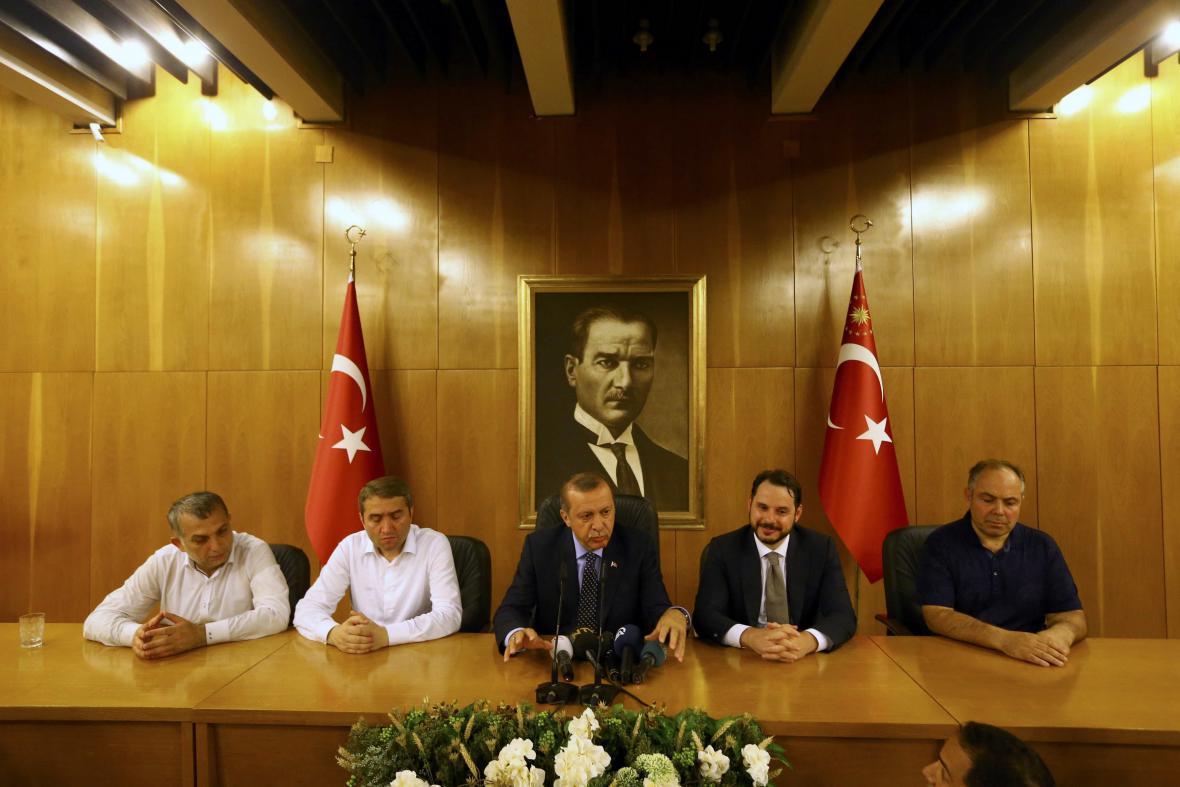 Erdogan po svém příletu do Istanbulu ohlásil potlačení puče