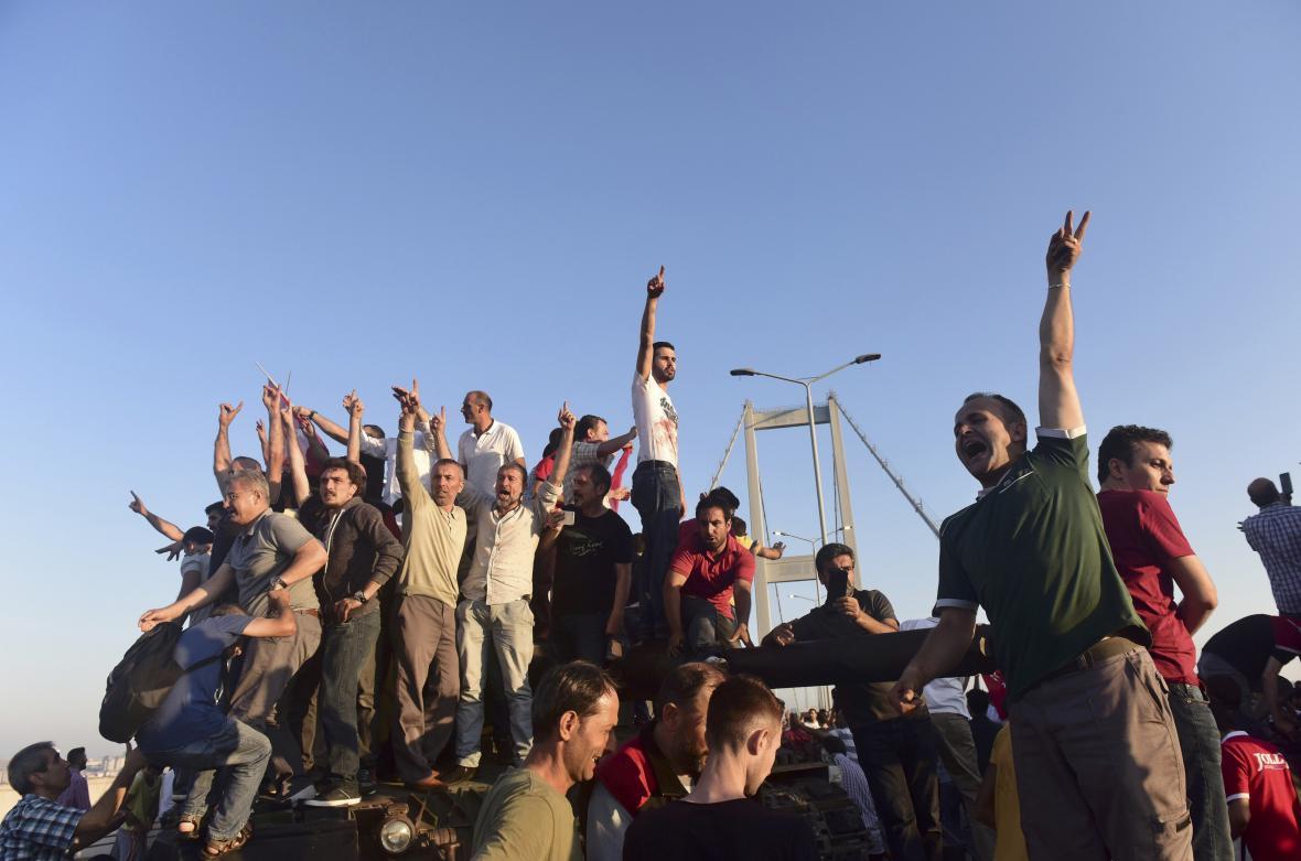 Stoupenci vlády slaví převzetí Bosporkého mostu