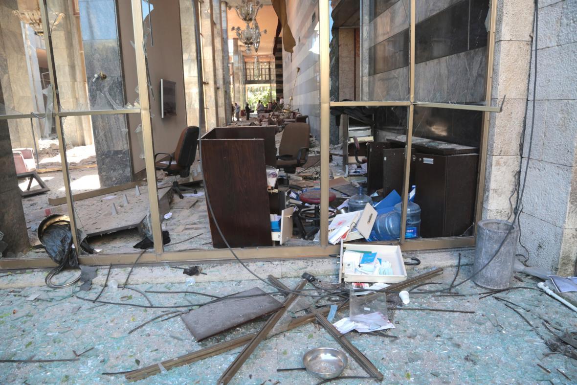 Zdemolované prostory tureckého parlamentu